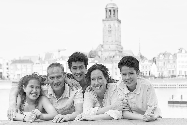 Familie geportretteerd aan de IJssel bij Deventer